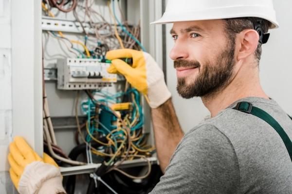 elektryk przy rozdzielni
