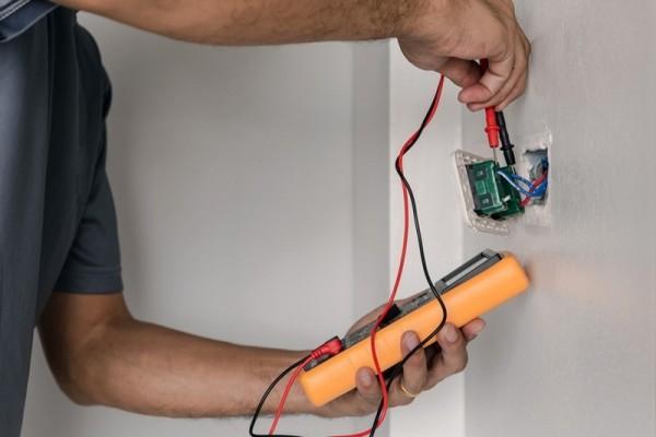 elektryk sprawdza prąd